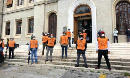 Ambulanti protestano davanti al Comune