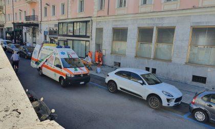Cade mentre sanifica Corso Imperatrice e finisce in Ospedale