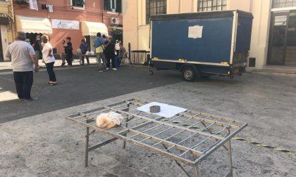 Continua la protesta degli ambulanti di Oneglia: banchi senza la merce esposta