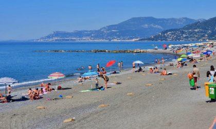 Sacchetti di sabbia per il distanziamento sociale sulle spiagge di Ventimiglia