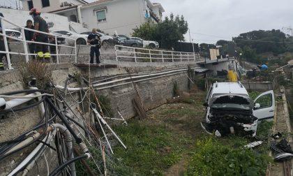 Uomo di 72 anni perde il controllo dell'auto e precipita in una fascia