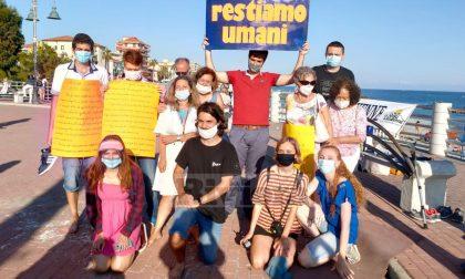 Un flash mob con oltre cento attivisti a Ventimiglia per non chiudere il campo Roya