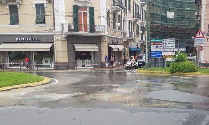 Esplode tubo dell'acqua in largo Torino, si allaga la strada