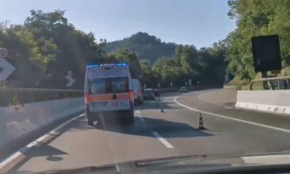 Ambulanza a sirene spiegate non riesce a passare – Il video