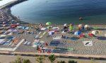 L'asciugamano in spiaggia all'alba, per assicurarsi il posto e il distanziamento sociale