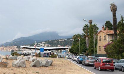 Primo giorno di coprifuoco in Francia, caos alla frontiera di Ponte San Ludovico