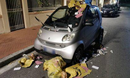 Smart ricoperta dalla spazzatura a Bordighera, è caccia ai colpevoli