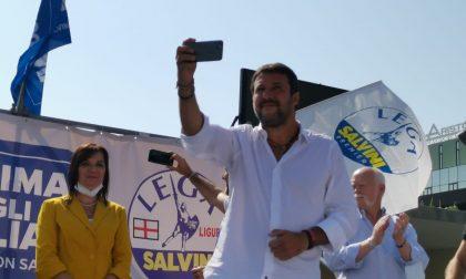 Salvini abbraccia i sanremesi in piazza Colombo