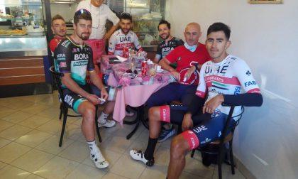 Pausa caffè in un bar di via Roma per il gotha del ciclismo mondiale