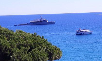 Super Yacht di lusso Bold davanti alla baia di Latte: affittarlo costa 1 milione a settimana