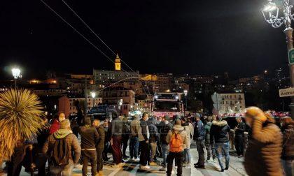 Esplode la protesta a Ventimiglia: manifestanti bloccano il traffico sul ponte del Roya. Foto e video