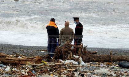 Trovato un cadavere in spiaggia a Ventimiglia: è il secondo dopo quello di Sanremo
