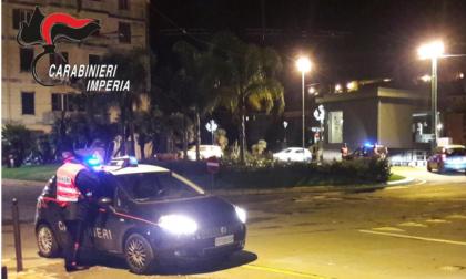 Ubriaco provoca incidente e ferisce ragazza durante la fuga dai carabinieri