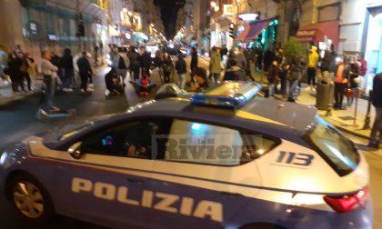 Sit in a sorpresa contro Conte a Sanremo: manifestanti bloccano via Roma, polizia li allontana