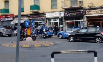Controlli della polizia nei negozi di via Martiri a Sanremo, identificate alcune persone