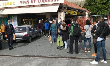 Corsa a liquori e sigarette prima del lockdown: francesi invadono tabaccai alla frontiera