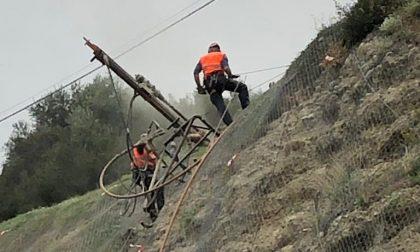 Frana di via Toscanini: rocciatori al lavoro per mettere in sicurezza la parete a Ventimiglia