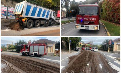 Camion perde quintali di sansa a Imperia Porto Maurizio. Le foto