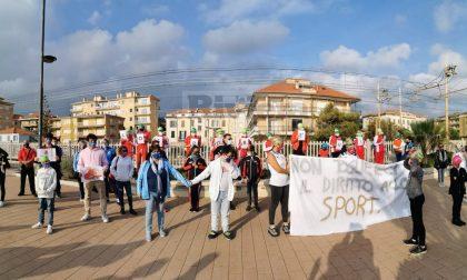 Flash mob a Bordighera contro la chiusura della piscina e delle attività sportive