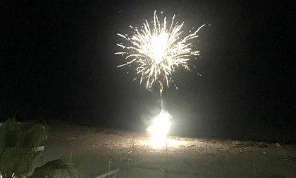 I fuochi d'artificio in spiaggia per festeggiare l'arrivo del coprifuoco