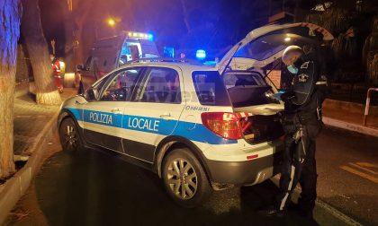 Sassaiola contro gli agenti che intervengono per un assembramento a Sanremo