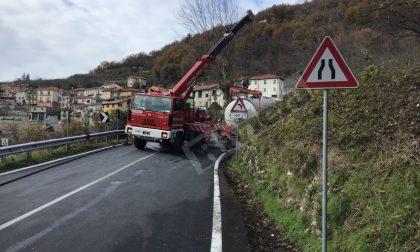 Riaperta la statale 28 a Pornassio, dopo l'autocisterna rimasta bloccata in curva
