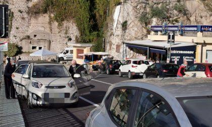 """Francesi in coda per comprare alcol e sigarette nel market in """"zona franca"""": clamoroso a Ponte San Luigi"""