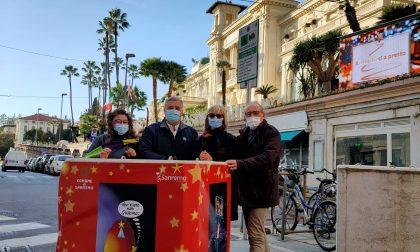 Auguri al Cubo a Sanremo con le vignette umoristiche in via Matteotti