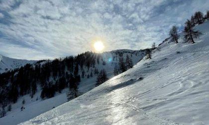 Ragazza scivola durante un'escursione sulla neve, elisoccorso in volo