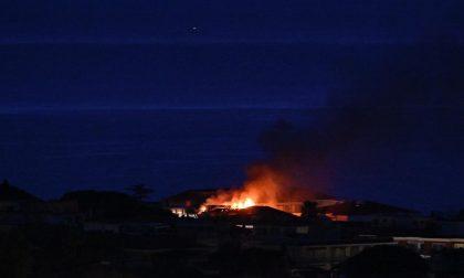 Brucia abitazione a Diano Marina, l'incendio partito da un terrazzo – FOTO E VIDEO