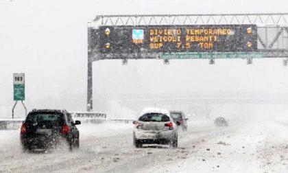Protezione Civile in soccorso degli automobilisti bloccati dalla neve in autostrada
