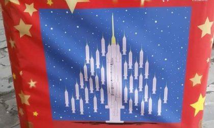 La vignetta con l'albero di Natale di siringhe nel centro di Sanremo scatena i social