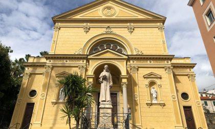 Prende fuoco il presepe della chiesa a Sanremo