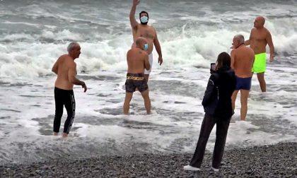 Sei temerari partecipano al cimento invernale di Ventimiglia. Foto e Video