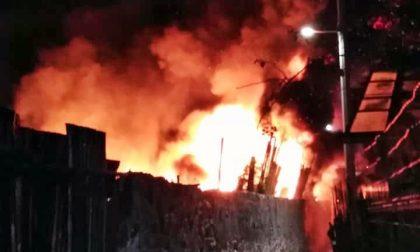 Migrante accende falò per scaldarsi: va a fuoco una serra a Ventimiglia