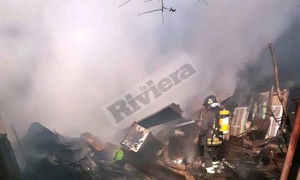 Brucia una serra: foto e video di una notte di fuoco a Ventimiglia