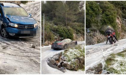 Le auto in dérapage sulle strada innevata sopra Montecarlo. Video