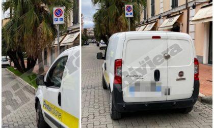 L'auto di Poste Italiane posteggiata nel parking per disabili a Bordighera
