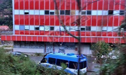 Blitz della polizia nell'ex caserma dei vigili del fuoco di Ventimiglia