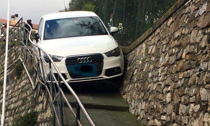 Audi incastrata nelle scale a Imperia
