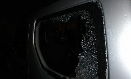 Danneggia diverse auto parcheggiate in centro per rubare all'interno. Arrestato