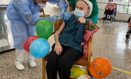 Festeggia i suoi 105 anni con la seconda dose di vaccino