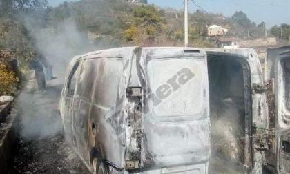 Brucia un furgone sulla strada militare per Gouta. Foto