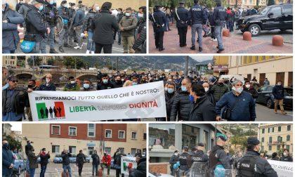 Ristoratori e altre partite Iva protestano in piazza a Ventimiglia. Foto e Video