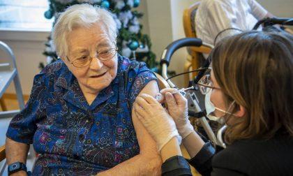 Vaccini, da oggi le prenotazioni della terza dose per gli over 80