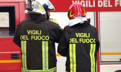 A fuoco nella notte due insegne di bar, intervento dei Vigili del Fuoco