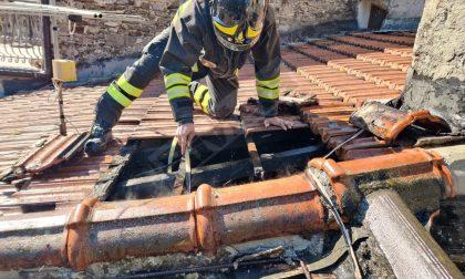 In fiamme il tetto di un'abitazione a Rocchetta Nervina. Foto