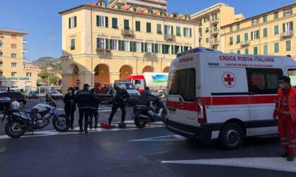 Scontro tra scooter e camion in piazza Dante, un ferito