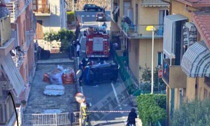 Auto impatta su un muretto e si ribalta a Ventimiglia. Foto