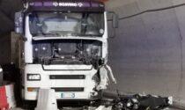 Terribile schianto contro un autotreno sulla statale 20, muore motociclista